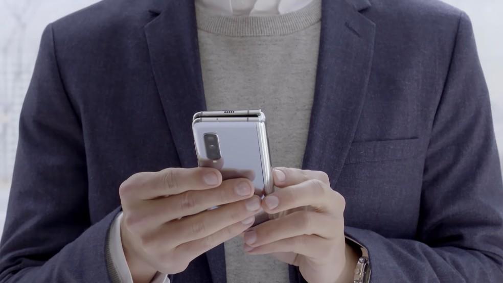 Galaxy Fold dobrado: smartphone tem seis câmeras ao todo — Foto: Divulgação / Samsung