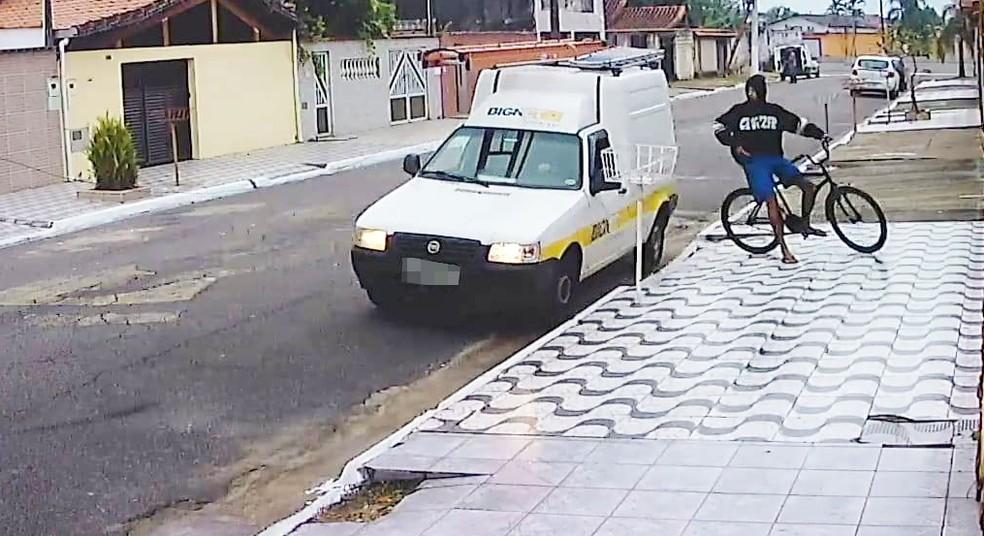 Criminosos cercaram carro de funcionário antes de abordá-lo, em Praia Grande, SP — Foto: G1 Santos