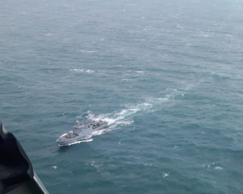 1823bd7b9a ... Navio da Marinha realiza as buscas para encontrar rede de pesca gigante  no litoral de São