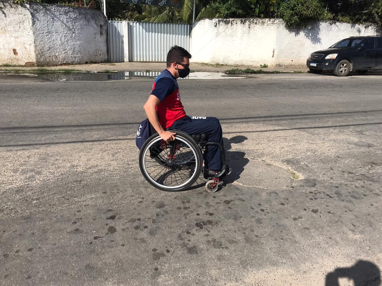 Atleta cadeirante mostra dificuldades para se locomover nas vias sem acessibilidade de Natal