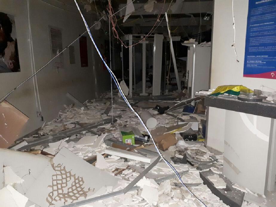 Quadrilha metralha delegacia, explode banco e rouba loja durante madrugada no interior do Ceará