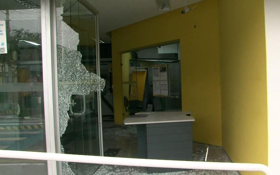 Agência bancária com vidro estilhaçado após ação de criminosos em Guararema, na Região Metropolitana de São Paulo — Foto: Reprodução/TV Globo