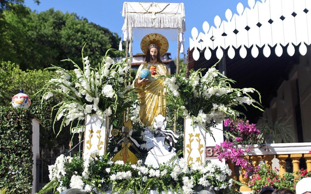 Andor levou a imagem católica do Senhor Salvador do Mundo, que representa o orixá Oxalá, em Olinda — Foto: Marlon Costa/Pernambuco Press