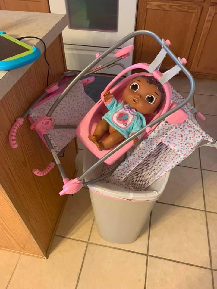 Boneca jogada por Zailey no lixo (Foto: Reprodução Facebook)