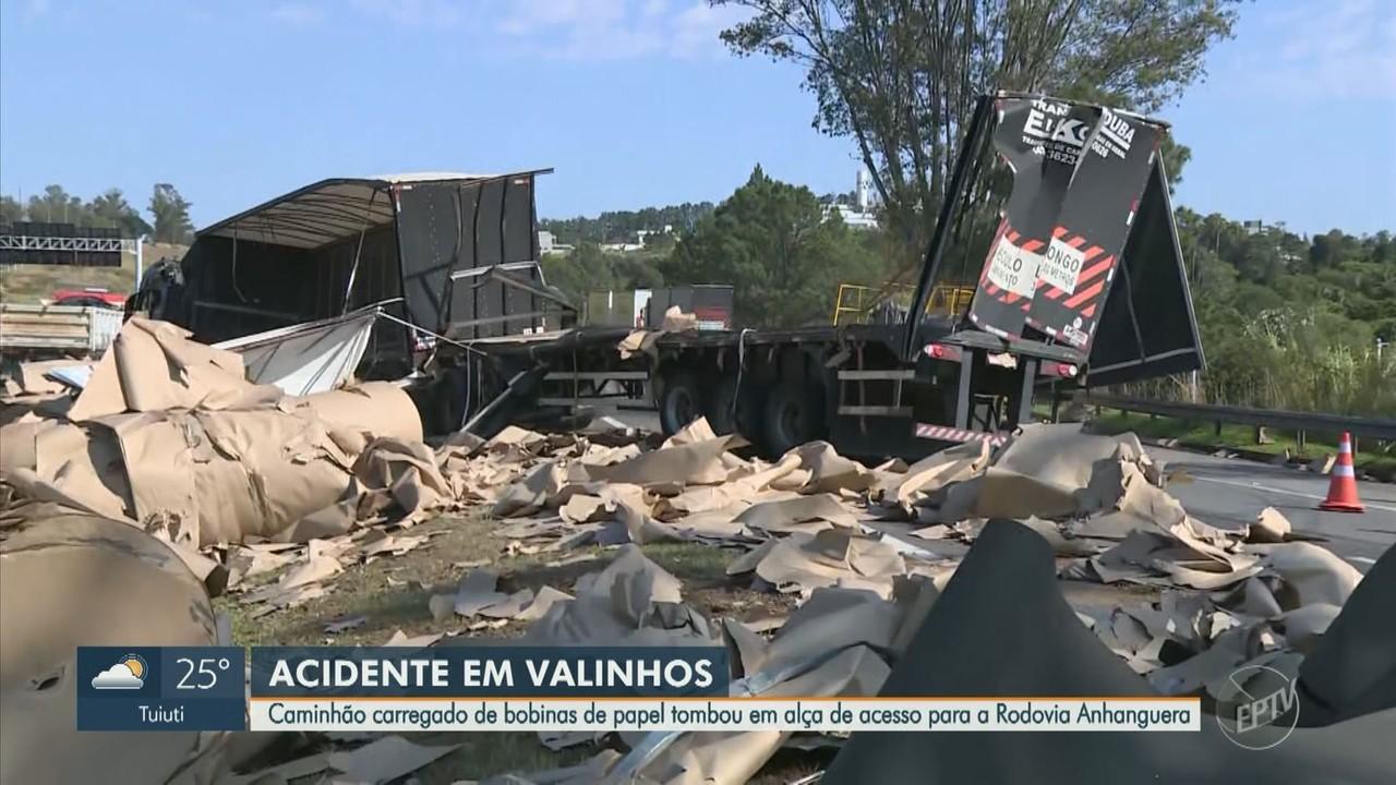 Caminhão tomba e causa interdição de alça de acesso e faixa da Anhanguera em Valinhos