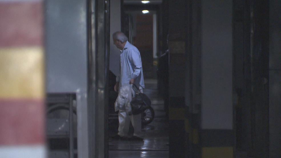 O ex-ministro José Dirceu entrando no prédio dele, em Brasília (Foto: Reprodução/TV Globo)