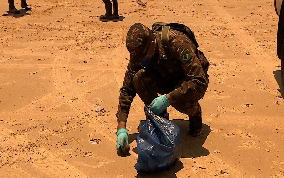 Soldados estão com equipamentos que evitam o contato com a substância  — Foto: Jorge Luiz/TV Sergipe