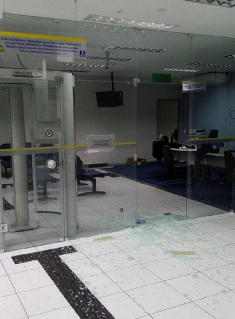 De acordo com o Sindicato dos Bancários do Ceará, este foi o 57º ataque contra bancos registrado no estado em 2017. (Foto: Reprodução/TV Verdes Mares)