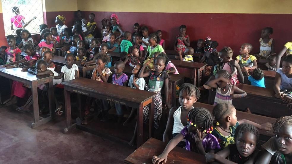 Crianças da caomunidade de Gabu, em Guiné-Bissau, recebem bonecas feita por psicóloga (Foto: Arquivo Pessoal)