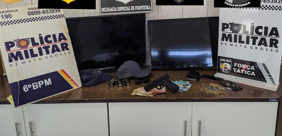 Arma e objetos dos suspeitos foram apreendidos — Foto: Polícia Militar/Divulgação