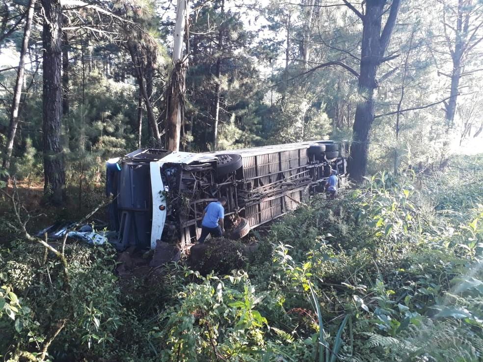 Acidente na Rota do Sol envolvendo ônibus e um carro deixa dois mortos — Foto: Roger Ruffato/RBS TV