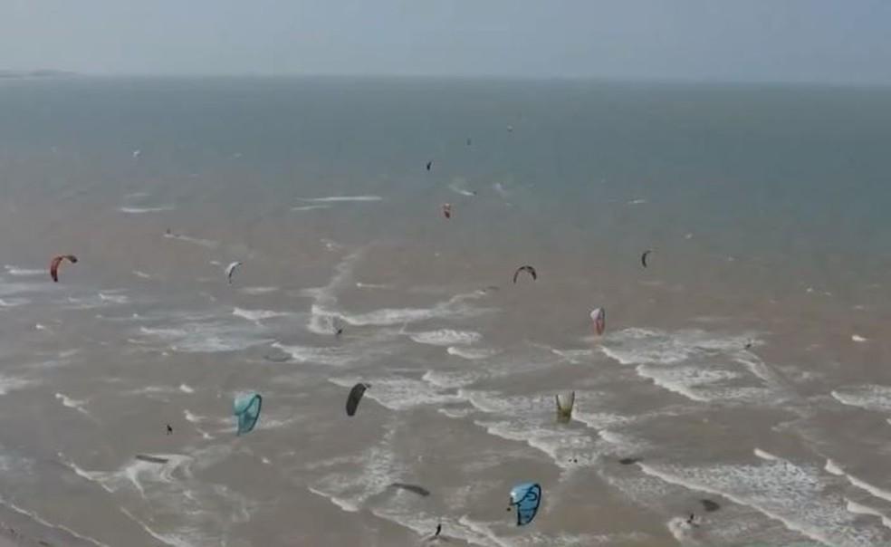 Mulheres praticam kitesurfe em Aracati — Foto: TV Verdes Mares/Reprodução