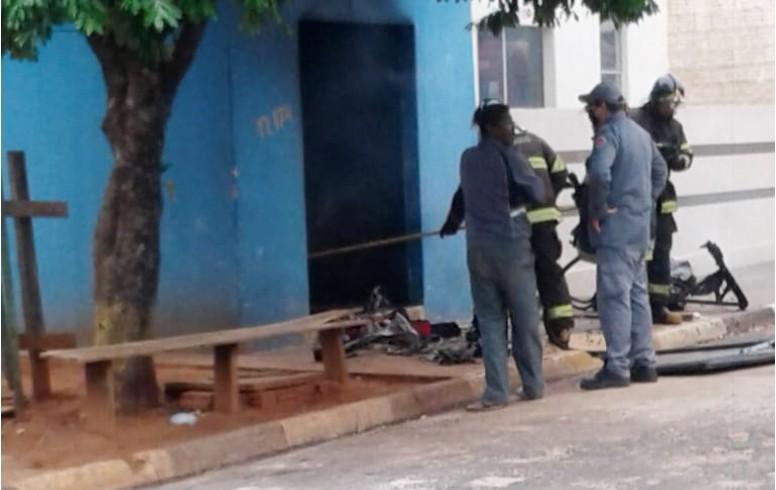 Homem coloca fogo na própria barbearia e é socorrido 'aparentemente embriagado'