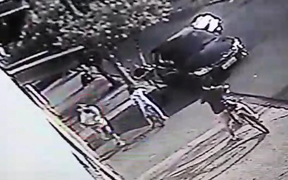A cuidadora com o bebê no colo volta para casa; minutos depois ela saiu com menino para levá-lo até a UPA em Bauru — Foto: Circuito de segurança/ Reprodução