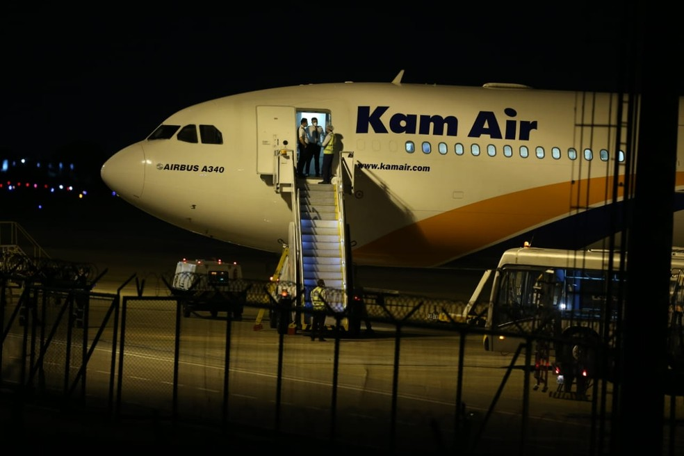 O avião com os 300 respiradores aterrissou no Aeroporto de Fortaleza por volta das 20h deste sábado (27) — Foto: Fabiane de Paula/SVM