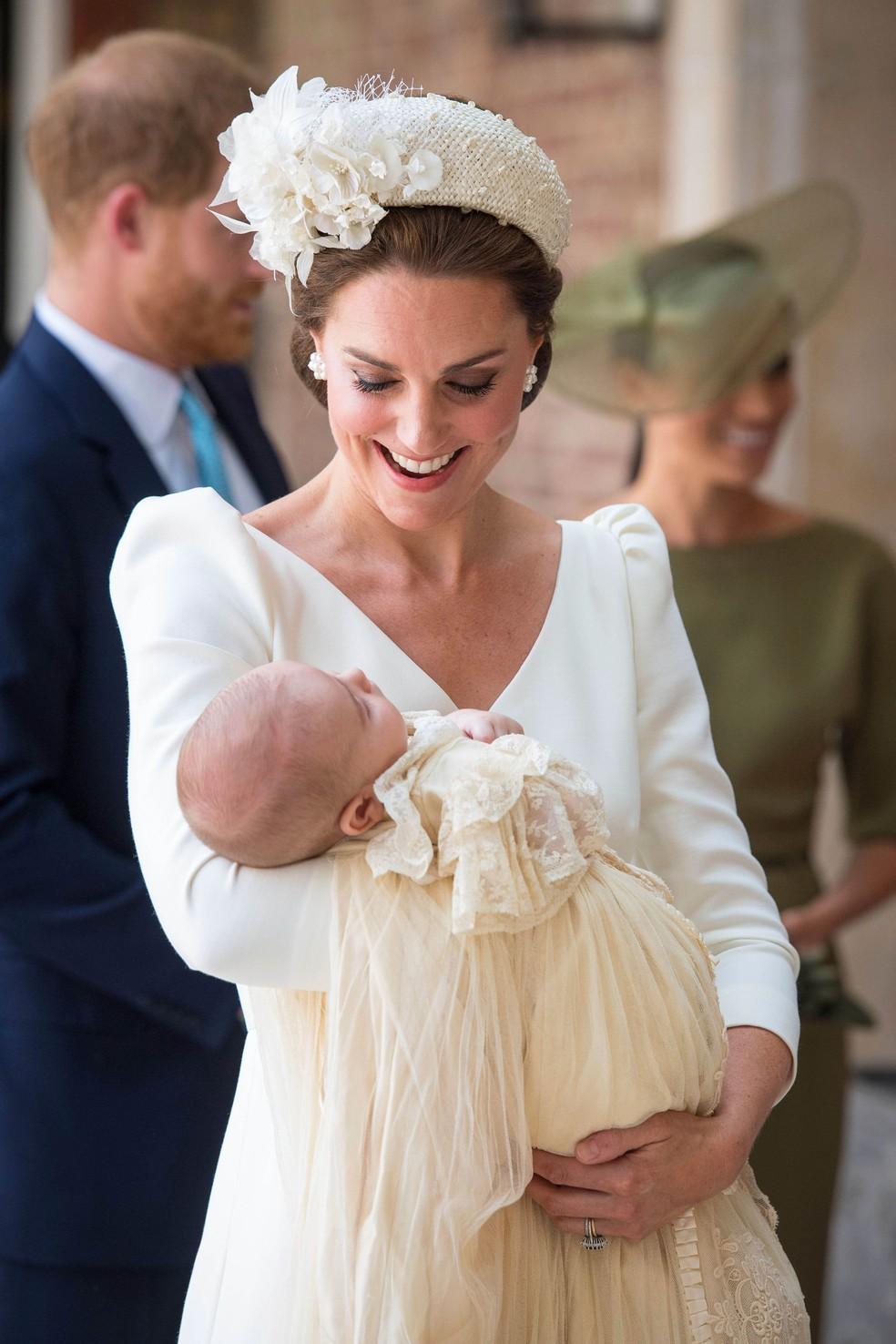 Kate Middleton chega com príncipe Louis no colo à capela real Saint James, em Londres, onde ele será batizado nesta segunda (9) (Foto: Dominic Lipinski/AP)