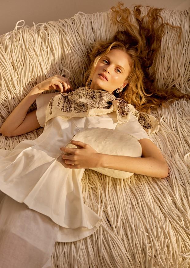 Blusa Boss (R$ 1.190), calça Mara Mac (R$ 578), lenço Dior (R$ 1.900) e brincos Swarovski (R$ 849) (Foto: Ivan Erick)