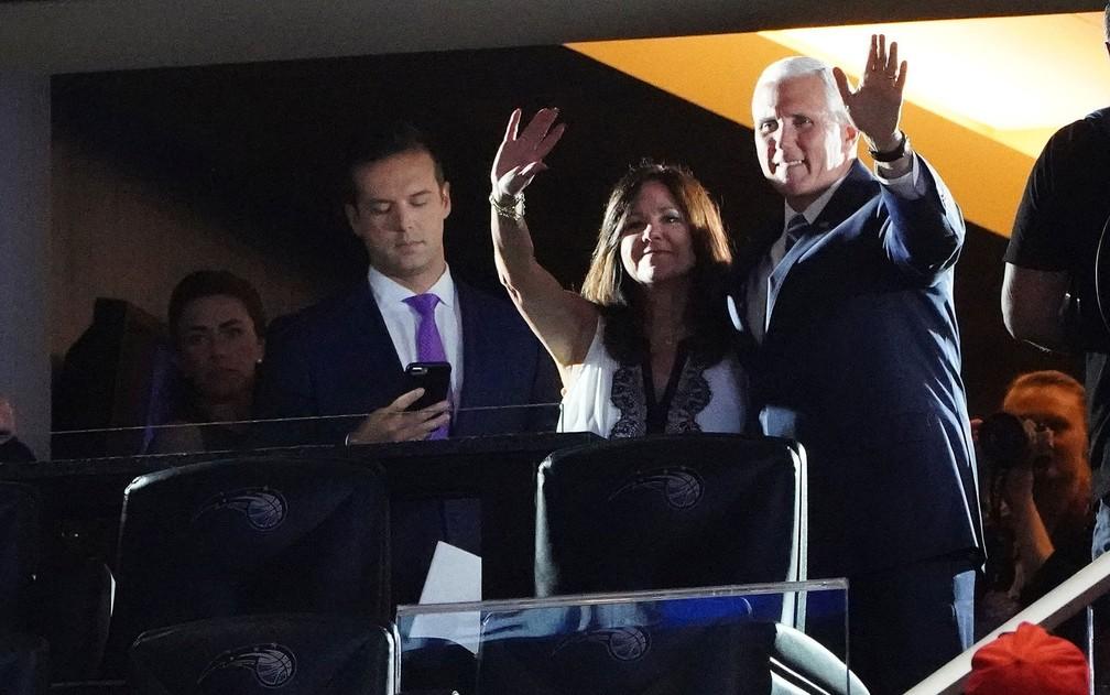 O vice-presidente dos EUA, Mike Pence, e sua mulher, Karen Pence, acenam para o público que aguarda o início do discurso de Trump no Amway Center, em Orlando, na terça-feira (18) — Foto: Reuters/Carlo Allegri