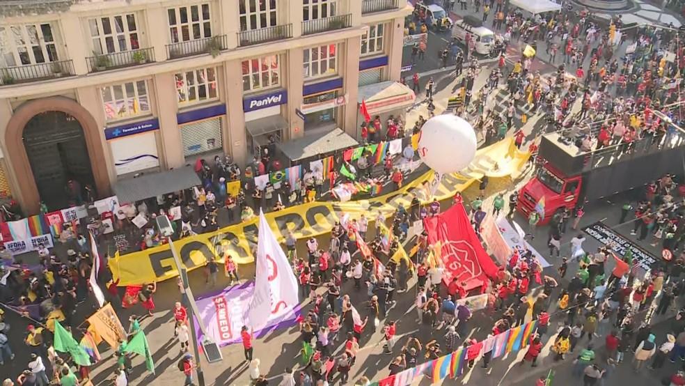 Manifestação contra Bolsonaro no Centro de Porto Alegre — Foto: Reprodução/RBS TV