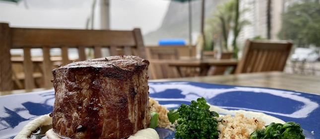 Steak de angus ao molho de cerveja preta, couve flor e brócolis e farofa crocante