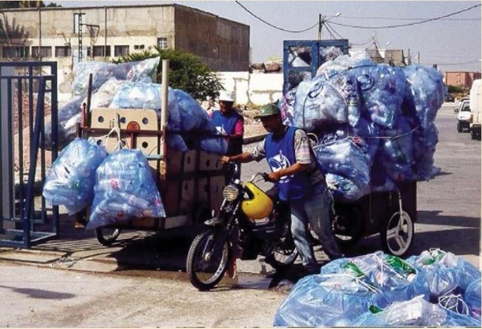 Coletores reúnem o lixo para reciclagem na Tunísia — Foto: Via relatório do Banco Mundial