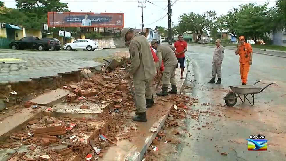 Equipe do Corpo de Bombeiros retira os destroços do muro que caiu na Avenida das Cajazeiras em São Luís. (Foto: Reprodução/TV Mirante)
