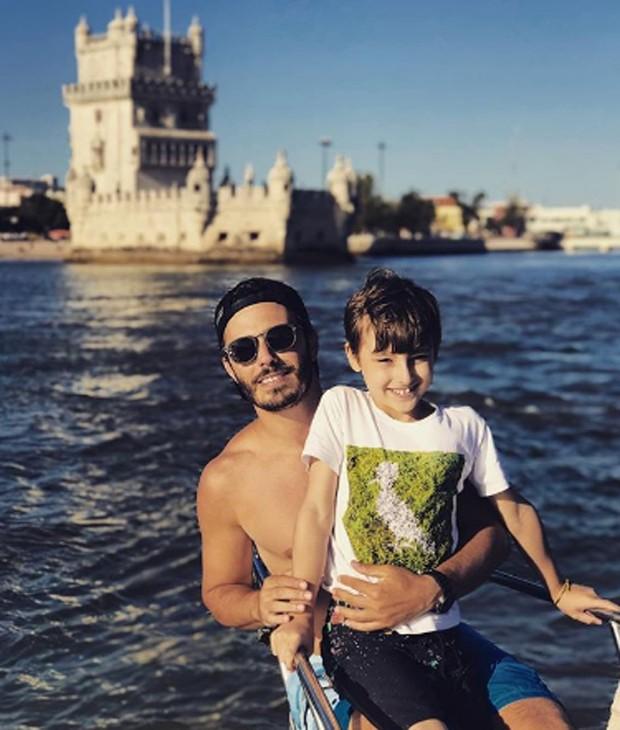 Thiago Rodrigues e o filho, Gabriel, passeiam de veleiro em Portugal (Foto: Reprodução/Instagram)