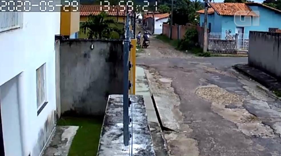Câmera de segurança registrou momento em que garota reage a assalto no Piauí — Foto: Reprodução