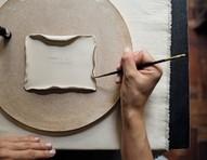 Conheça o trabalho em cerâmica e porcelana de Carolina Peraca