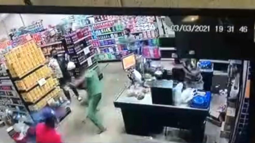 Operadora de caixa é morta em assalto a mercado no bairro de Valéria, em Salvador — Foto: Reprodução/TV Bahia