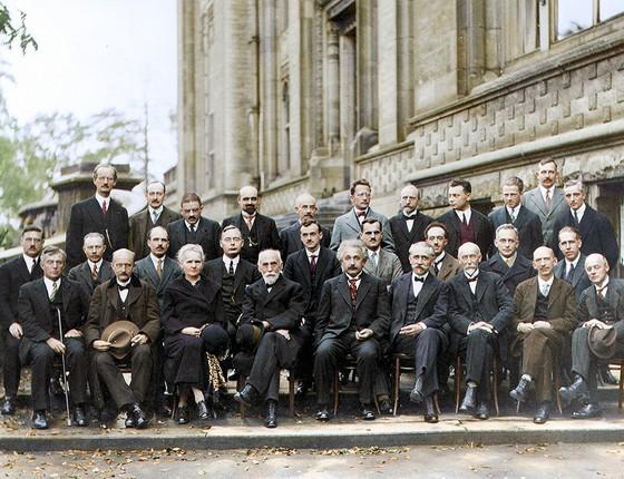 Participantes da Conferência de Solvay em 1927, em Bruxelas, na Bélgica. Entre eles, Albert Einstein, Marie Curie e Niels Bohr. Dos 29 físicos da foto, 17 já haviam recebido ou receberiam o Prêmio Nobel (Foto: COLORIZADAS POR MARINA AMARAL)