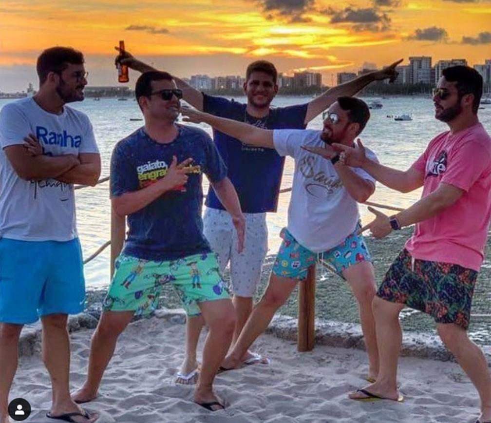 O baiano Jonas Ferraz (de óculos, blusa azul e short estampado) com os amigos na Bahia — Foto: Arquivo Pessoal