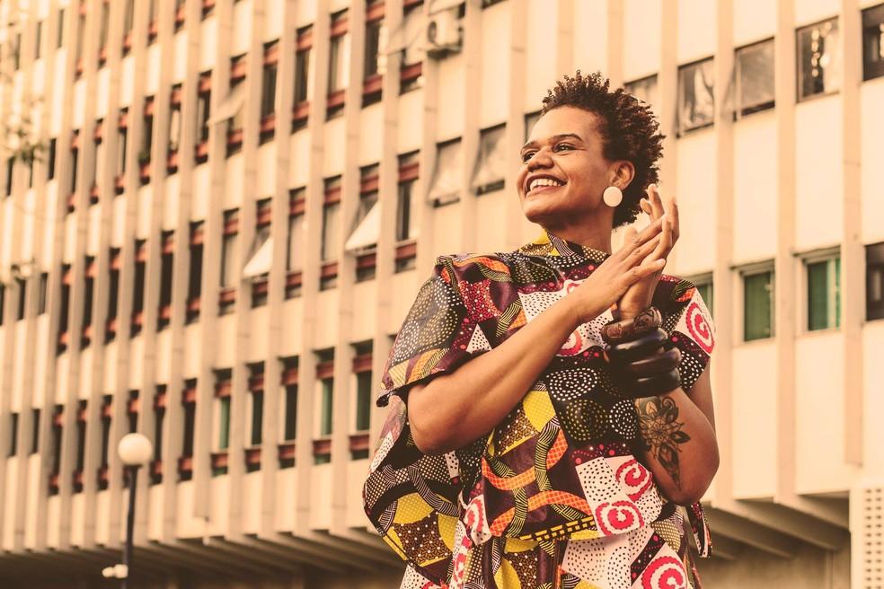 Lia Maria, criadora da marca brasiliense Diáspora009, veste roupa desenhada com tecidos e estamparia africana — Foto: Diáspora009/Divulgação