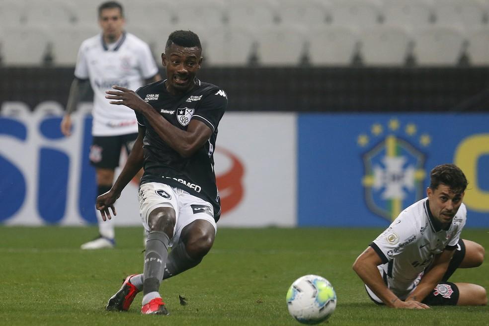 Kalou chuta para marcar o primeiro gol dele com a camisa do Botafogo — Foto: Vitor Silva/Botafogo