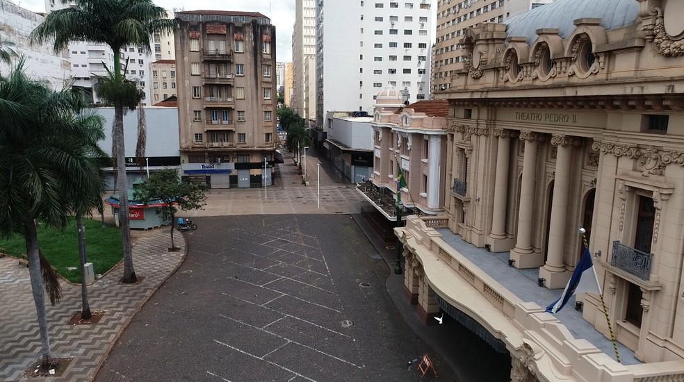 Esplanada do Theatro Pedro II e calçadão ficaram vazios durante confinamento contra Covid em março de 2021 — Foto: Sergio Oliveira/EPTV