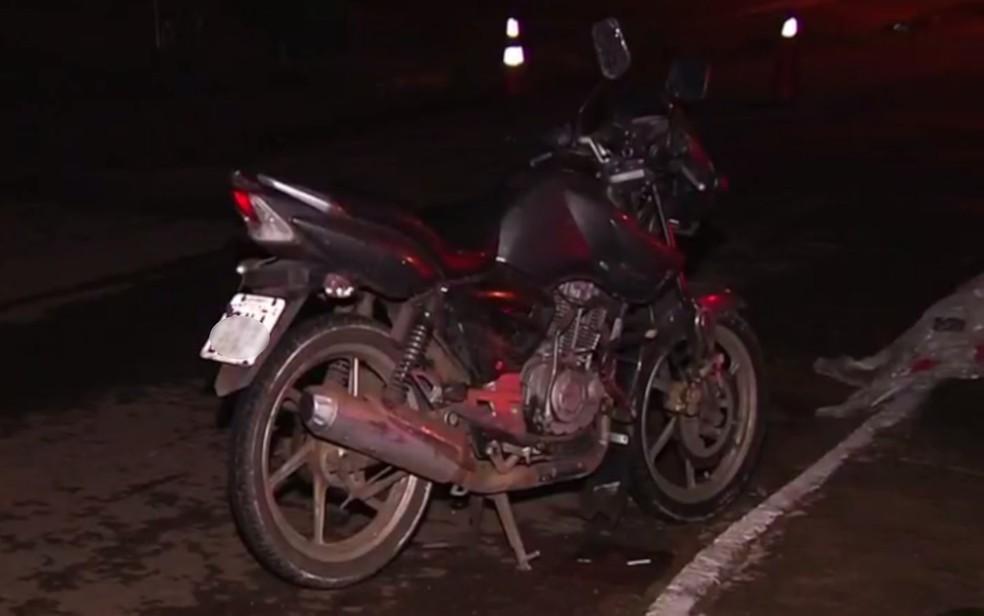 Moto usada por homem que morreu após se chocar contra estrutura de proteção em calçada, em Goiânia — Foto: Dict/Divulgação