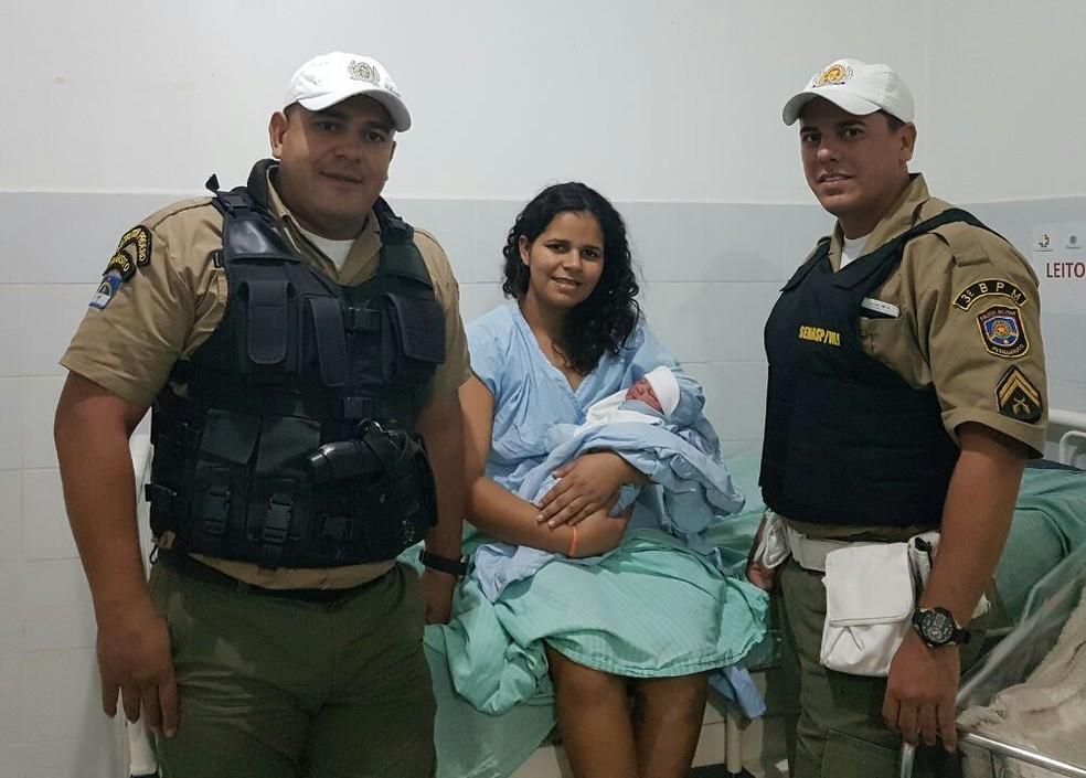 Mônica e o filho, Etelvino, com os policiais que auxiliaram no parto (Foto: Polícia Militar/Divulgação)