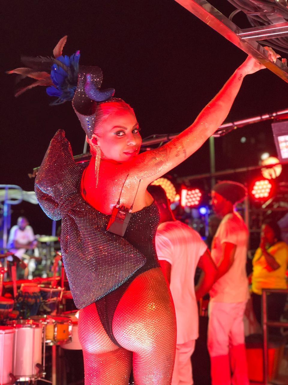 Com look sexy preto, Alinne Rosa puxa trio no carnaval de Salvador