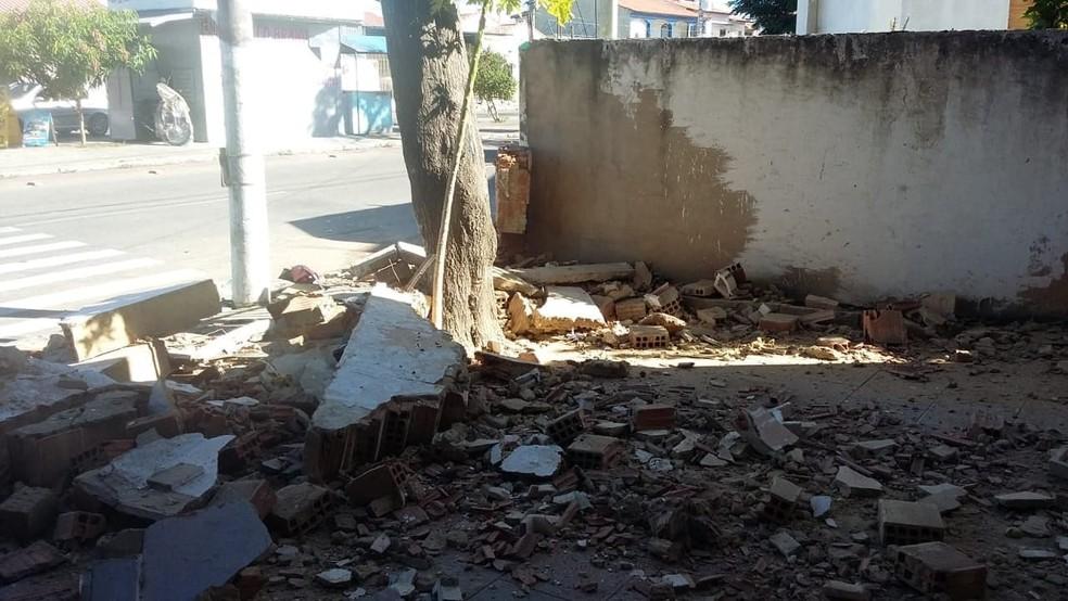 Muro ficou destruído após o acidente — Foto: Divulgação/Internauta