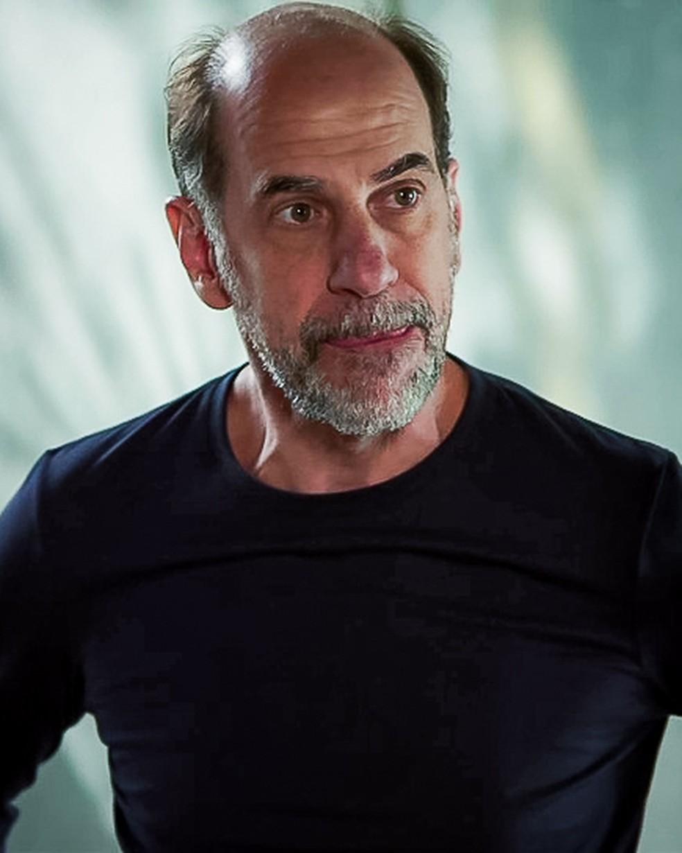 Max (Roberto Bomtempo) diz a Regina (Kerine Teles) que perdeu todo o dinheiro que eles tinham, em 'Malhação - Toda Forma de Amar' — Foto: Globo