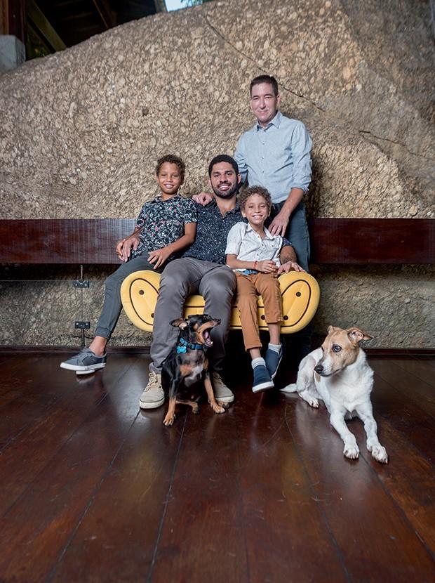 David Miranda e Glenn Greenwald com os filhos João Victor (à esq.) e Jonathan, na casa da família no RioBl (Foto: Bléia Campos)