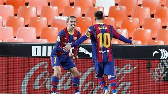 Messi e Griezmann comemoram o gol do francês, o segundo do Barça na vitória por 3 a 2 contra o Valencia