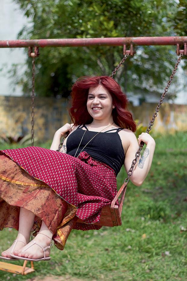 """Benzedeiras - """"Desde que me entendo por gente, [almas] tentam falar comigo. Pedem uma intermediação com os vivos  ou bênçãos para eles"""" – Pâmela Souza, 24  (Foto: Micaela Werneck)"""