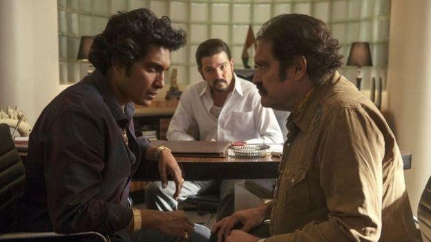 Tenoch Huerta (esquerda) interpreta Rafael Caro Quintero; Diego Luna (centro) interpreta Miguel Ángel Félix Gallardo; e Joaquín Cosío (direita.) é Ernesto Fonseca, na série do Netflix (Foto: Divulgação/Netflix)