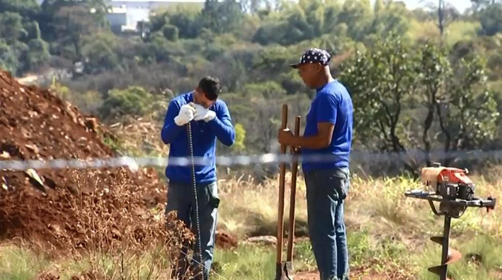 Funcionários que trabalharam no isolamento da Saturnia precisaram usar equipamentos de segurança  — Foto: TV TEM/Reprodução