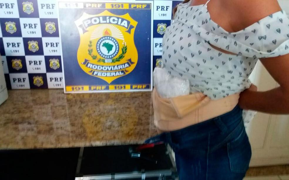 Falsa grávida foi presa após ser flagrada com droga escondida na barriga na Bahia (Foto: Divulgação/PRF)