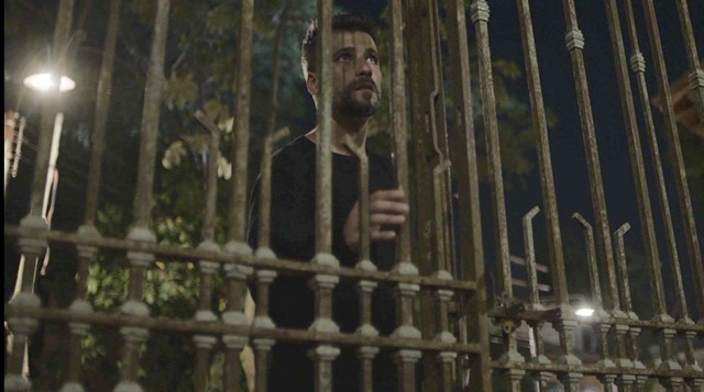 Gabriel (Bruno Gagliasso) na entrada do casarão que herdou do pai (Foto: TV Globo)