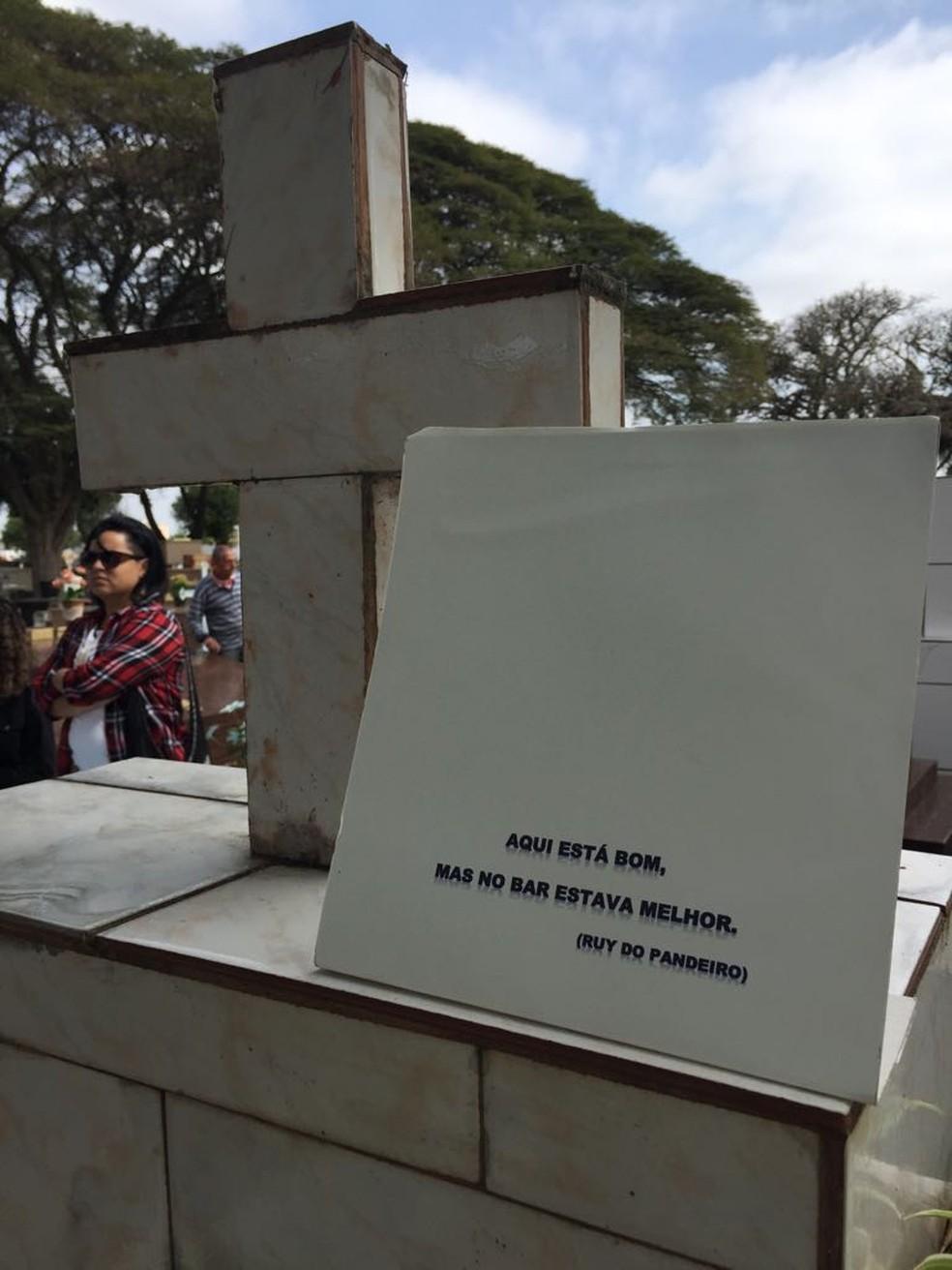 Frase escrita por Ruy ainda em vida para deixar no túmulo (Foto: Vanessa Vantine/TV Vanguarda)