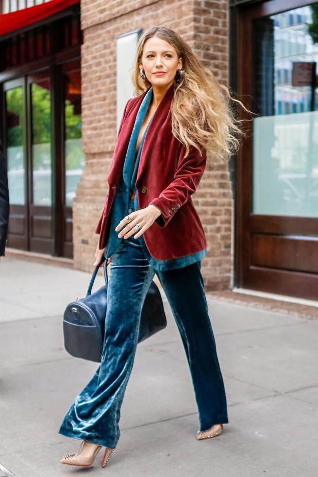 Blake Lively veste paletó, colete e calças de veludo (Foto: Backgrid)