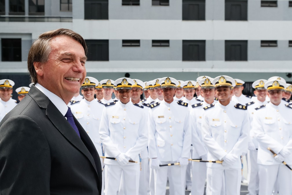 Sem máscara, o presidente Jair Bolsonaro participou de cerimônia com oficiais da Marinha no Rio de Janeiro no dia 12 de dezembro — Foto: Isac Nóbrega/PR
